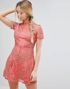 Короткое приталенное платье из кружева Glamorous - Розовый