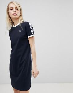Платье-футболка с логотипом и отделкой лентой Fred Perry - Темно-синий
