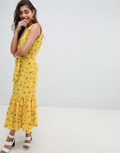 Платье макси без рукавов с цветочным принтом, поясом и оборкой ASOS DESIGN - Мульти