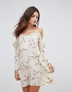 Платье в цветочек с длинными рукавами и вырезами на плечах Ax Paris - Кремовый
