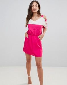 Платье в стиле колор блок с вырезами на рукавах Urban Bliss - Розовый