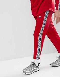 Красные джоггеры классичесого кроя с полосами по бокам Nike AJ2297-687 - Красный