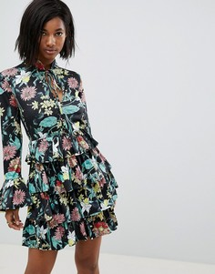 Платье с высоким воротом, оборками и цветочным принтом Club L - Черный