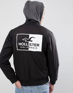 Черный эластичный бомбер с логотипом на спине и капюшоном Hollister - Черный