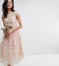 Платье миди для выпускного с открытыми плечами и кружевом Chi Chi London Tall - Розовый