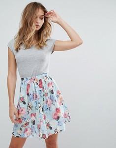 Короткое приталенное платье с цветочным принтом QED London - Синий