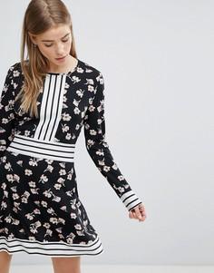Короткое приталенное платье с цветочным принтом и контрастной отделкой полосками Yumi - Черный