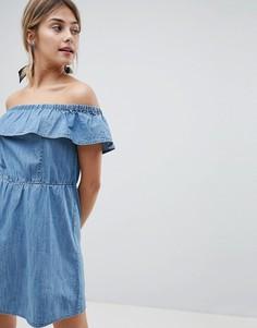 Джинсовое платье с открытыми плечами и оборкой Miss Selfridge - Синий