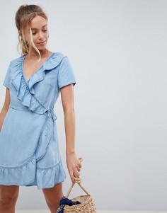 Джинсовое платье с запахом и оборкой ASOS DESIGN - Синий