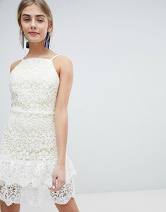 Короткое приталенное кружевное платье с оборкой Dolly & Delicious - Белый