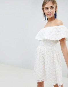 Платье мини для выпускного с открытыми плечами и 3D-цветами Dolly & Delicious - Белый