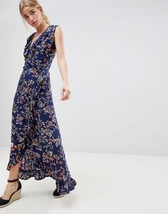 Платье макси с цветочным принтом и запахом QED London - Темно-синий