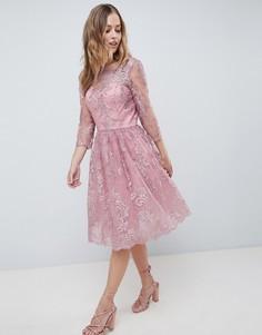 Платье миди с длинными рукавами и вышивкой Chi Chi London Premium - Розовый