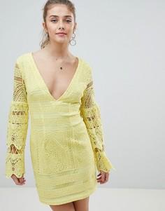 Кружевное платье мини с V-образным вырезом PrettyLittleThing - Желтый