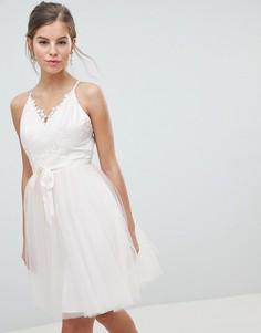 Платье миди для выпускного с 3D кружевом и поясом Chi Chi London - Розовый