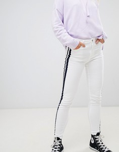 Белые джинсы с контрастными полосками по бокам Pull&Bear - Белый Pull&;Bear