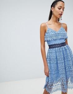 Короткое приталенное платье с кружевом и оборками на плечах Chi Chi London - Синий