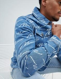 Синяя выбеленная джинсовая куртка с принтом boohooMAN - Синий