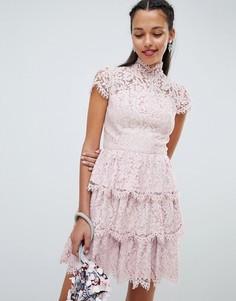 Ярусное приталенное платье с кружевной отделкой Chi Chi London - Розовый