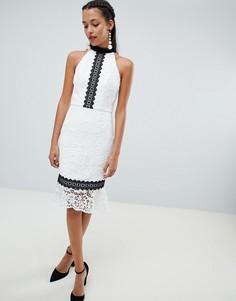 Кружевное платье-футляр с оборкой Chi Chi London - Белый