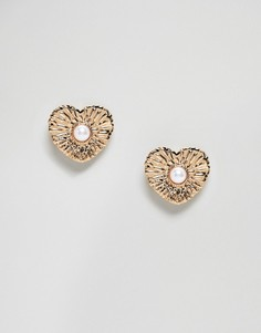 Золотистые серьги-гвоздики с гравировкой и искусственным жемчугом ASOS DESIGN - Золотой