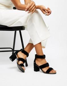Черные босоножки на каблуке с тремя ремешками из искусственного меха UGG Del Rey - Черный
