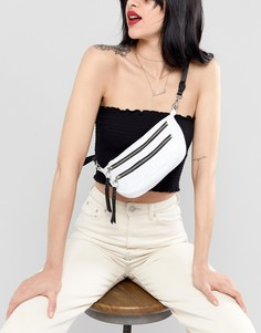Кожаная сумка-кошелек на пояс с рисунком крокодиловой кожи и двумя молниями ASOS DESIGN - Белый