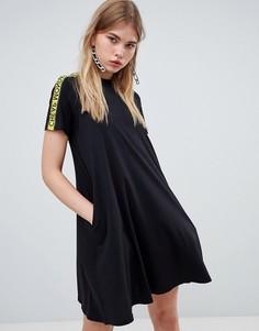 Платье-футболка с высоким воротом и фирменной лентой Cheap Monday - Черный