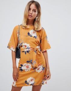 Платье-футболка желтого цвета с цветочным принтом и поясом Missguided - Мульти