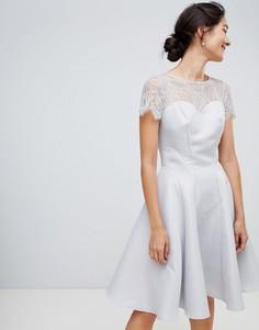 Серое короткое приталенное платье с кружевом Chi Chi London - Серый