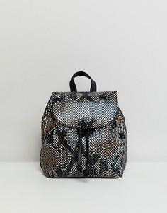 Маленький кожаный рюкзак со змеиным рисунком ASOS DESIGN - Мульти