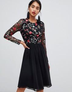 Короткое приталенное платье 2 в 1 с вышивкой и юбкой из шифона Chi Chi London - Мульти
