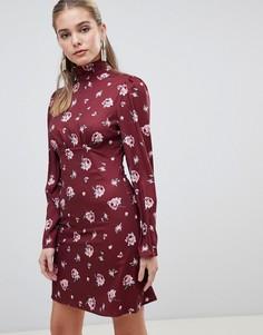 Короткое приталенное платье с высоким воротом и винтажным цветочным принтом Fashion Union - Красный