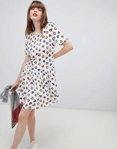 Короткое приталенное платье с принтом сердец Love Moschino - Белый