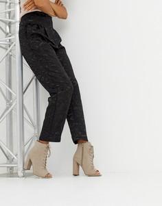 Босоножки на блочном каблуке со шнуровкой New Look - Коричневый