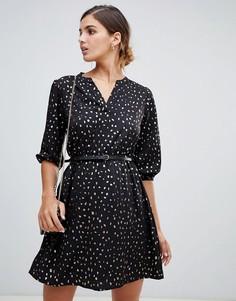 Платье с поясом, блестящим принтом и рукавами 3/4 Yumi - Черный