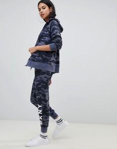 Спортивные штаны скинни с камуфляжным принтом и логотипом DKNY - Мульти