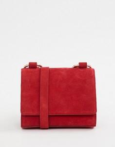 Замшевая сумка через плечо с кольцами ASOS DESIGN - Красный