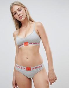 Серые стринги с монограммой Calvin Klein - Серый