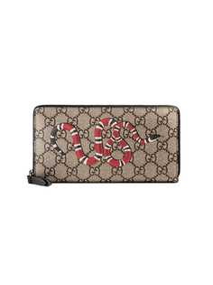Gucci кошелек с узором GG Supreme и принтом змеи