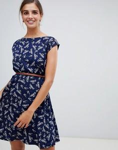 Короткое приталенное платье с принтом и поясом Yumi - Темно-синий