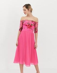 Шифоновое платье миди с вышивкой на топе и плиссированной юбкой Chi Chi London - Розовый