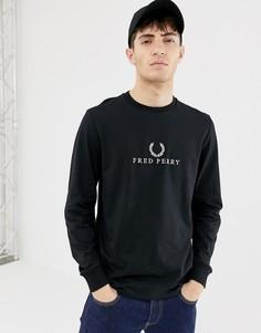 Черный лонгслив с вышивкой Fred Perry - Черный