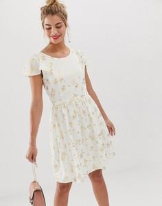 Короткое приталенное платье с оборками на рукавах и принтом Yumi - Белый