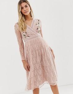 Нежно-розовое кружевное платье миди с вышивкой и запахом спереди Frock And Frill prairie - Розовый