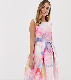 Атласное платье миди для выпускного с ярким цветочным принтом Chi Chi London Petite - Мульти