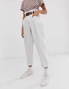 Белые oversize-джинсы с суженным книзу кроем, моделирующими швами, поясом и сборками на талии ASOS DESIGN - Белый