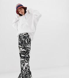 Черно-белые брюки с широкими штанинами и лесным принтом Weekday - Мульти