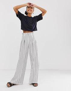 Серовато-белые брюки в полоску с широкими штанинами Monki - Мульти