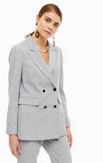 Пиджак Удлиненный двубортный пиджак на пуговицах. Имеются три кармана, один из которых внутренний. Модель серого цвета в полоску. Имеет приталенный крой, что делает образ особенно утонченным. Selected